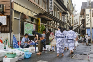 肘折温泉(Morning market at t at Hijiori Hot Springs (Hijiori Onsen))